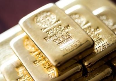 Papieren goudmarkt is kaartenhuisje dat vroeg of laat zal instorten